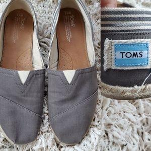 12 | TOM'S | WOMEN'S GRAY SLIP ON FLATA
